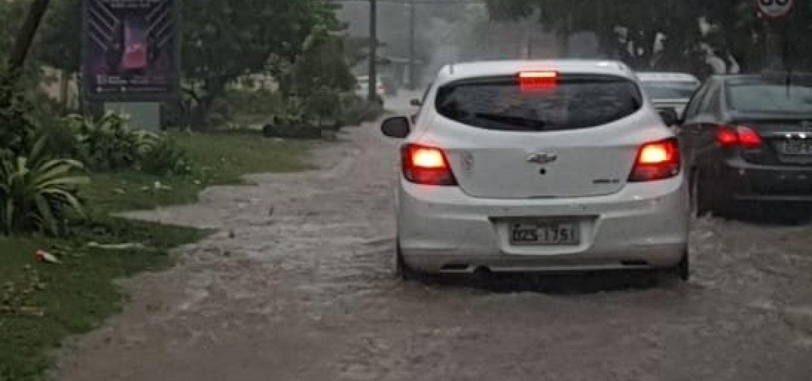 Vídeo: chuva causa alagamento no Costa Azul