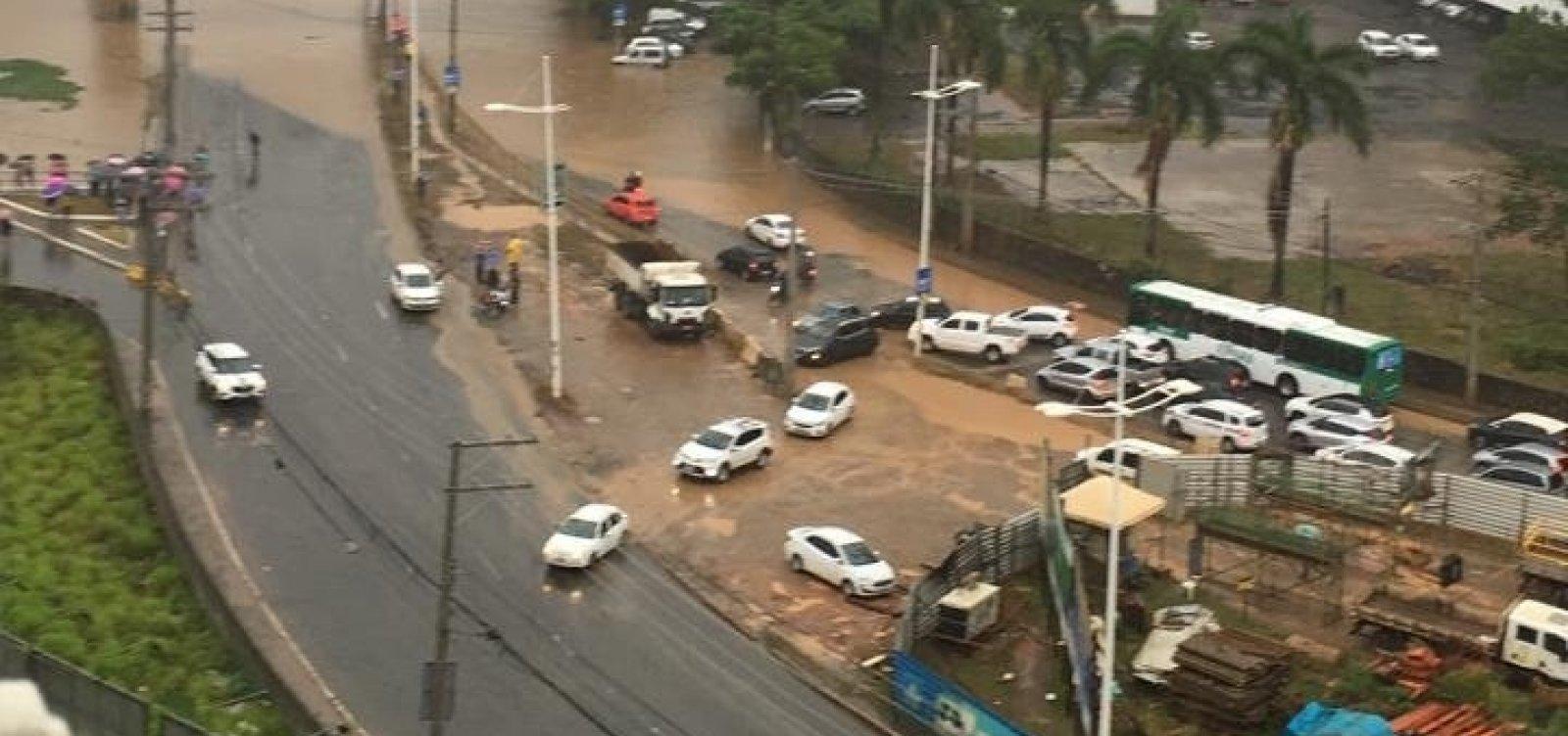 Avenida ACM fica alagada após chuva em Salvador; veja vídeo