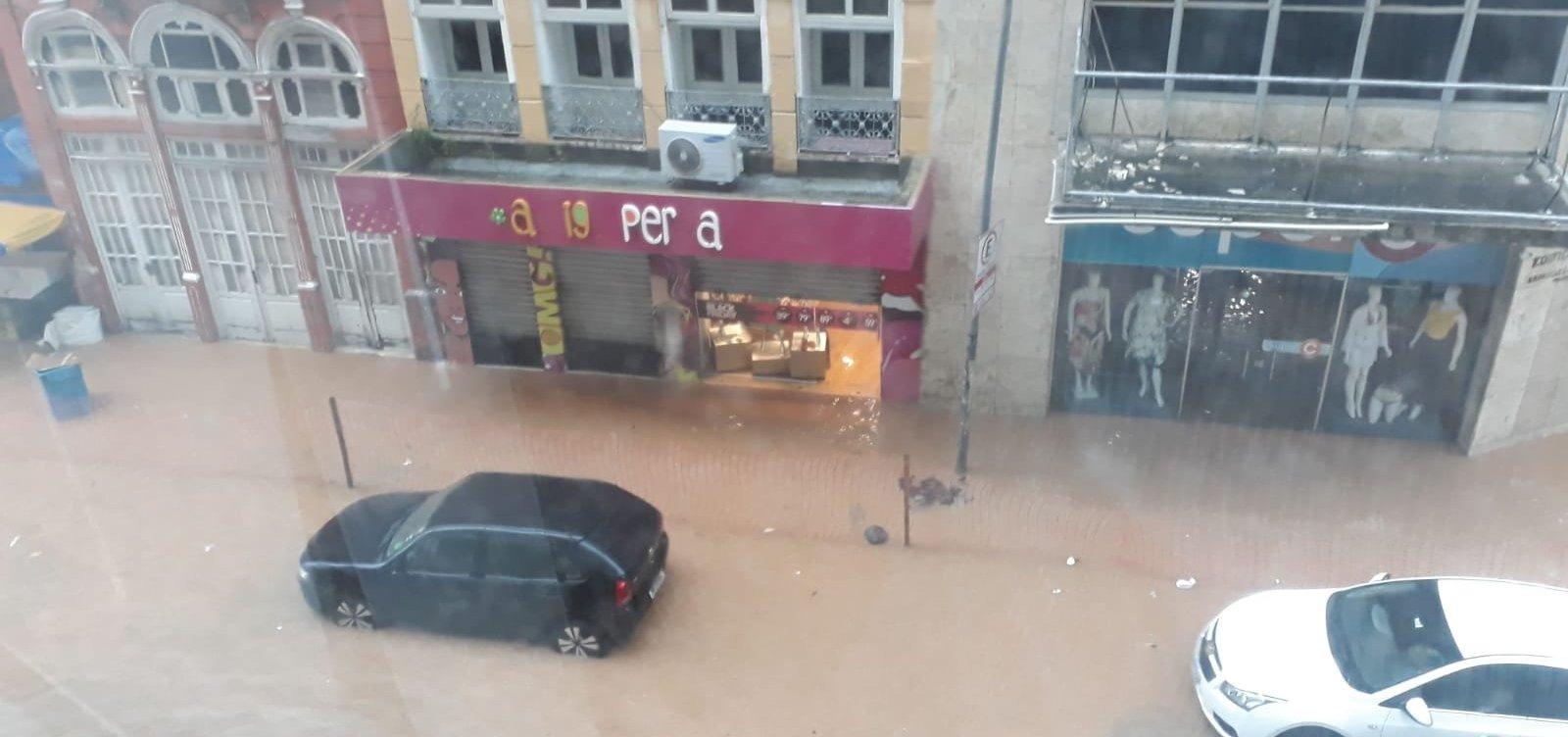 Chuvas invadem lojas do Comércio, em Salvador