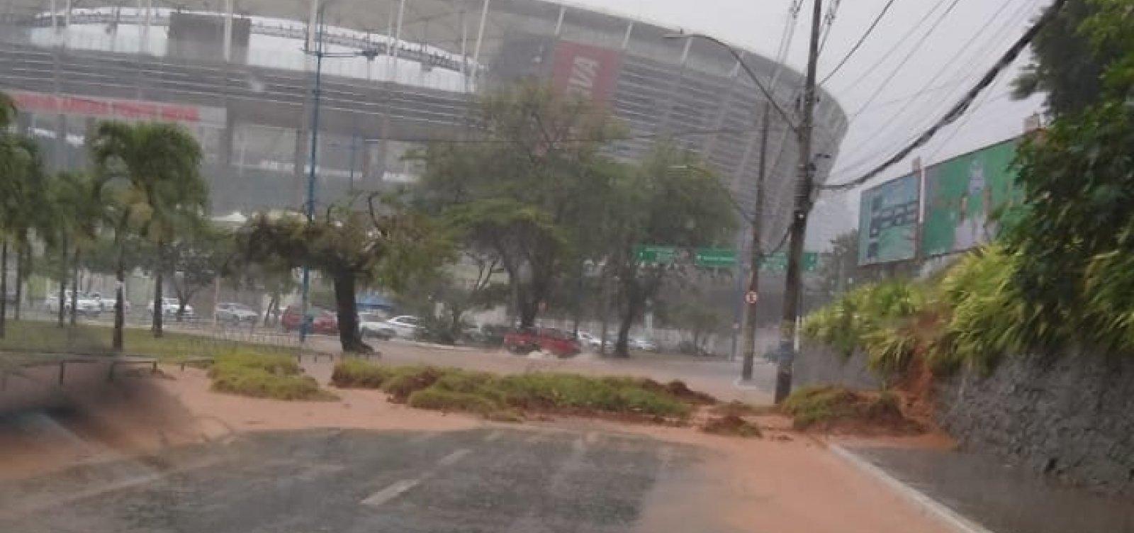 Chuva em Salvador: deslizamento de terra complica trânsito em frente à Fonte Nova