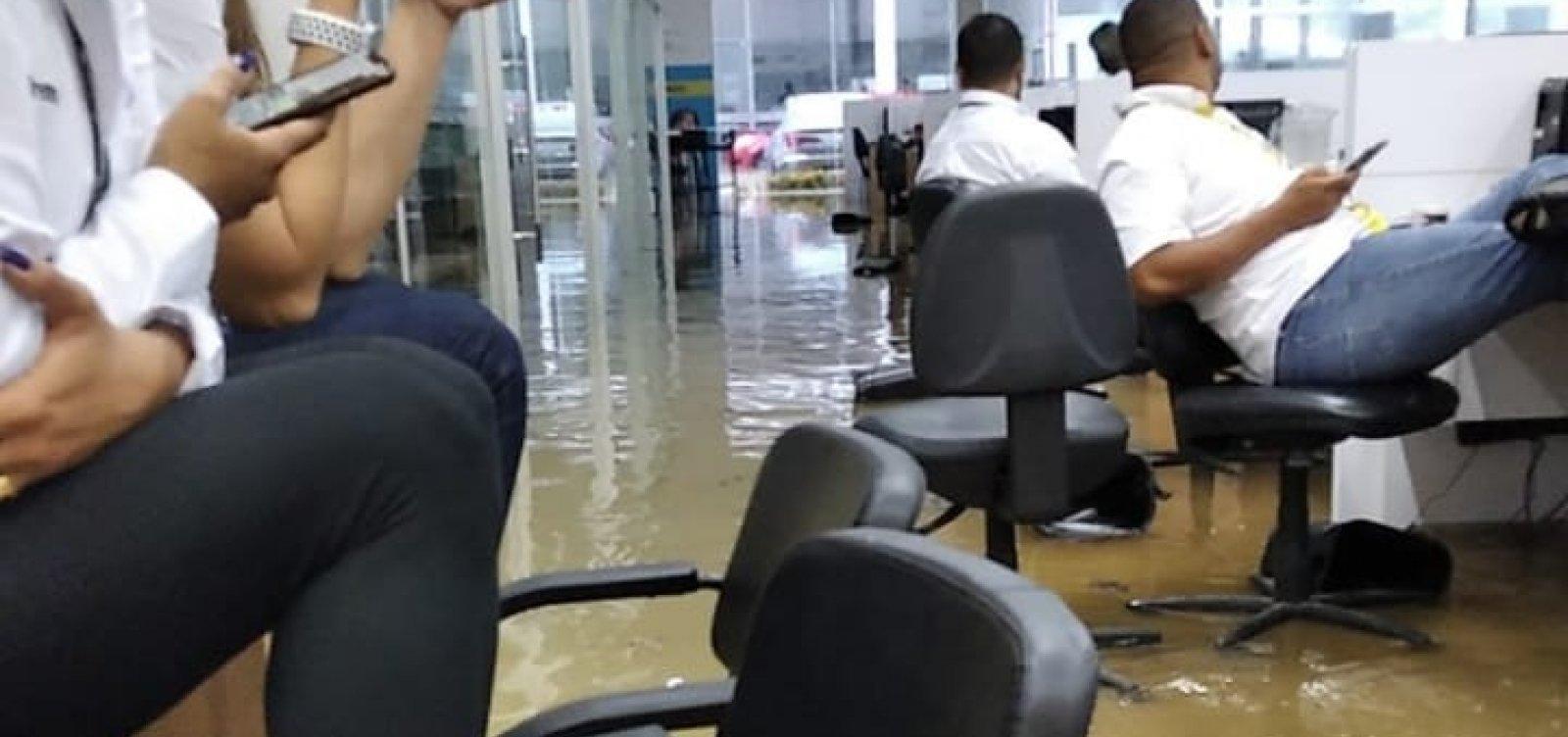 Concessionária é invadida pela água da chuva em Salvador; veja vídeo
