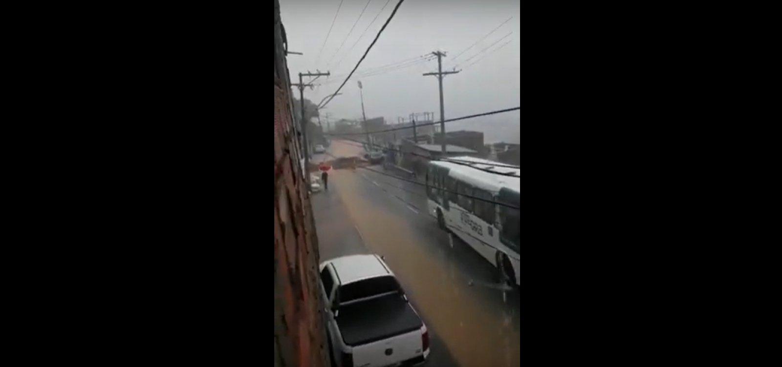 Trecho da Ladeira do Cacau cede com fortes chuvas em Salvador