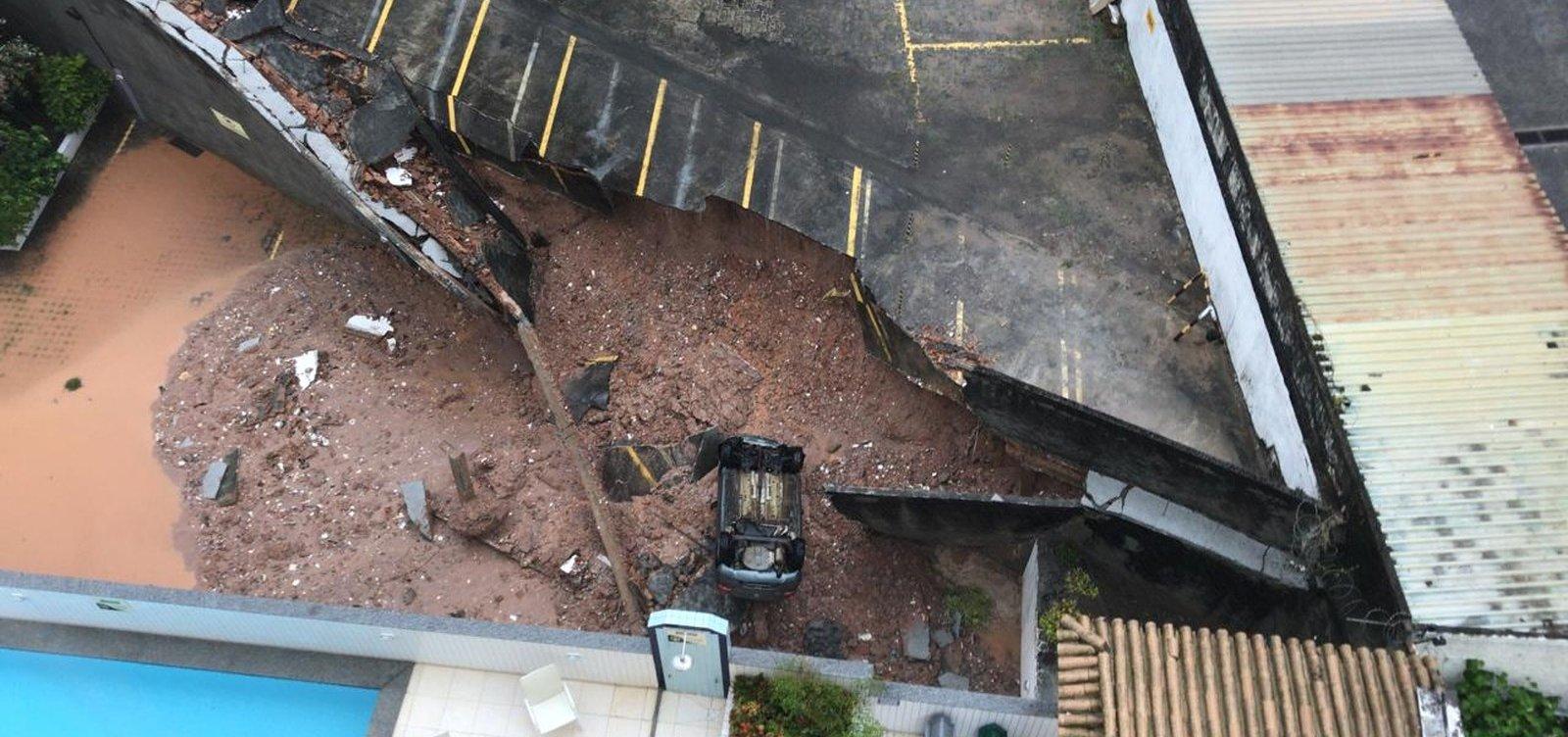 Estacionamento de prédio desaba no Imbuí após chuvas