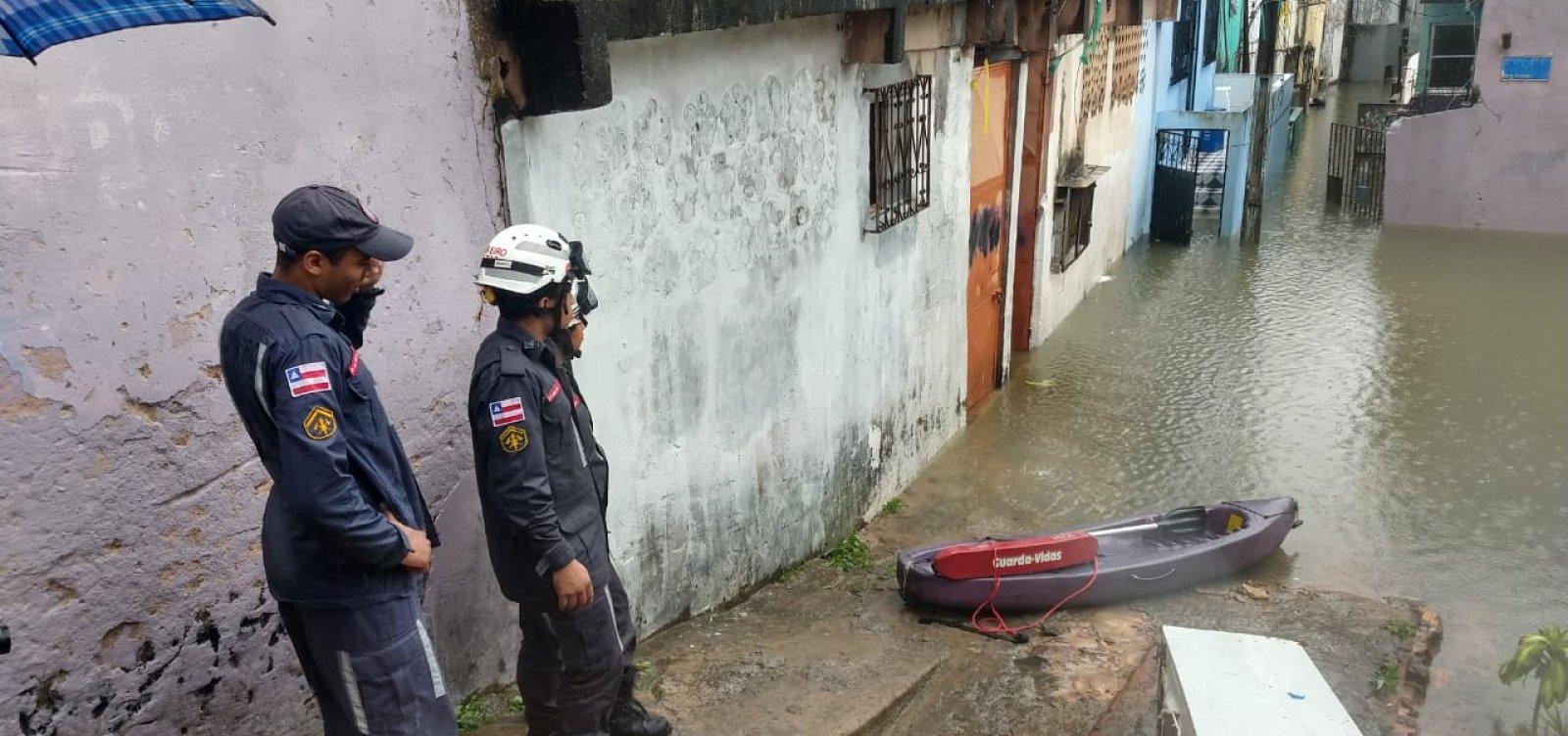 Chuva em Salvador: bombeiros resgatam moradores ilhados em casas na Baixa dos Sapateiros
