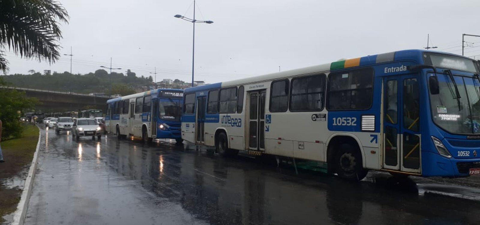Chuva causa lentidão no sentido Rótula do Abacaxi da Avenida Antônio Carlos Magalhães