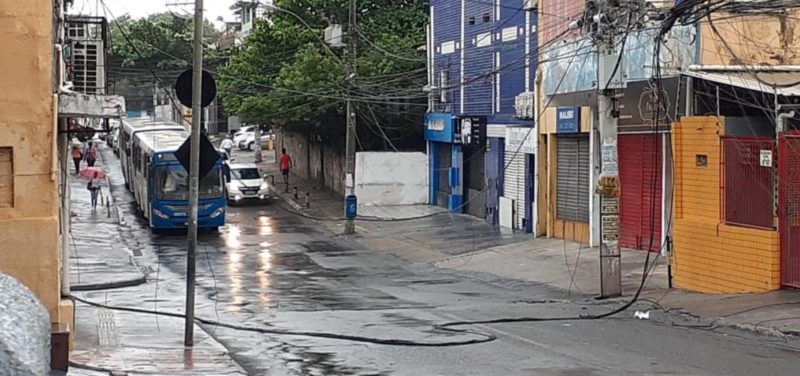 Veja vídeo: Ventos fortes derrubam fiação na Boca do Rio; ônibus não circulam