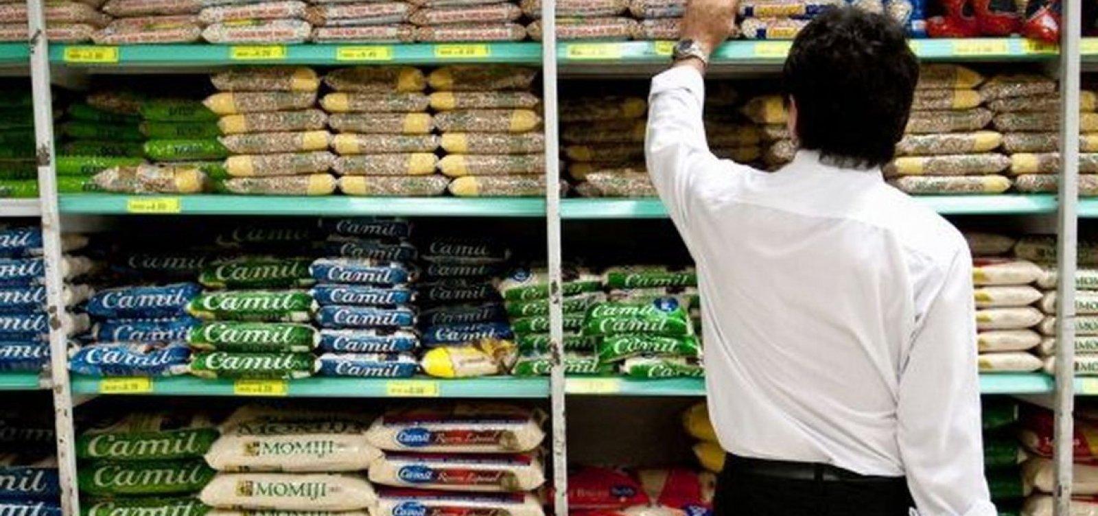 Governo quer abolir isenção de taxas da cesta básicae compensar mais pobres