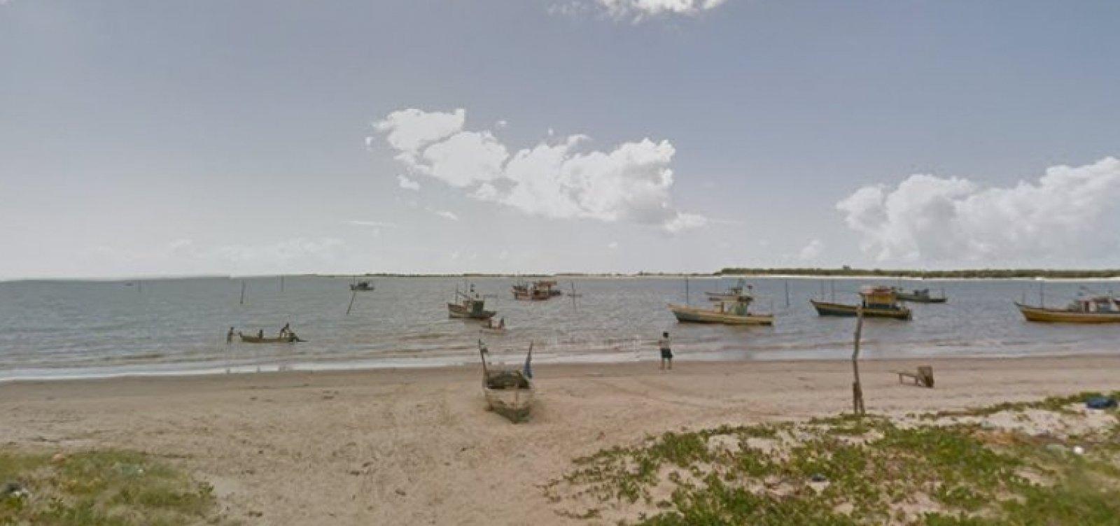 Baleia encalha e morre em praia de Caravelas, no sul da BA
