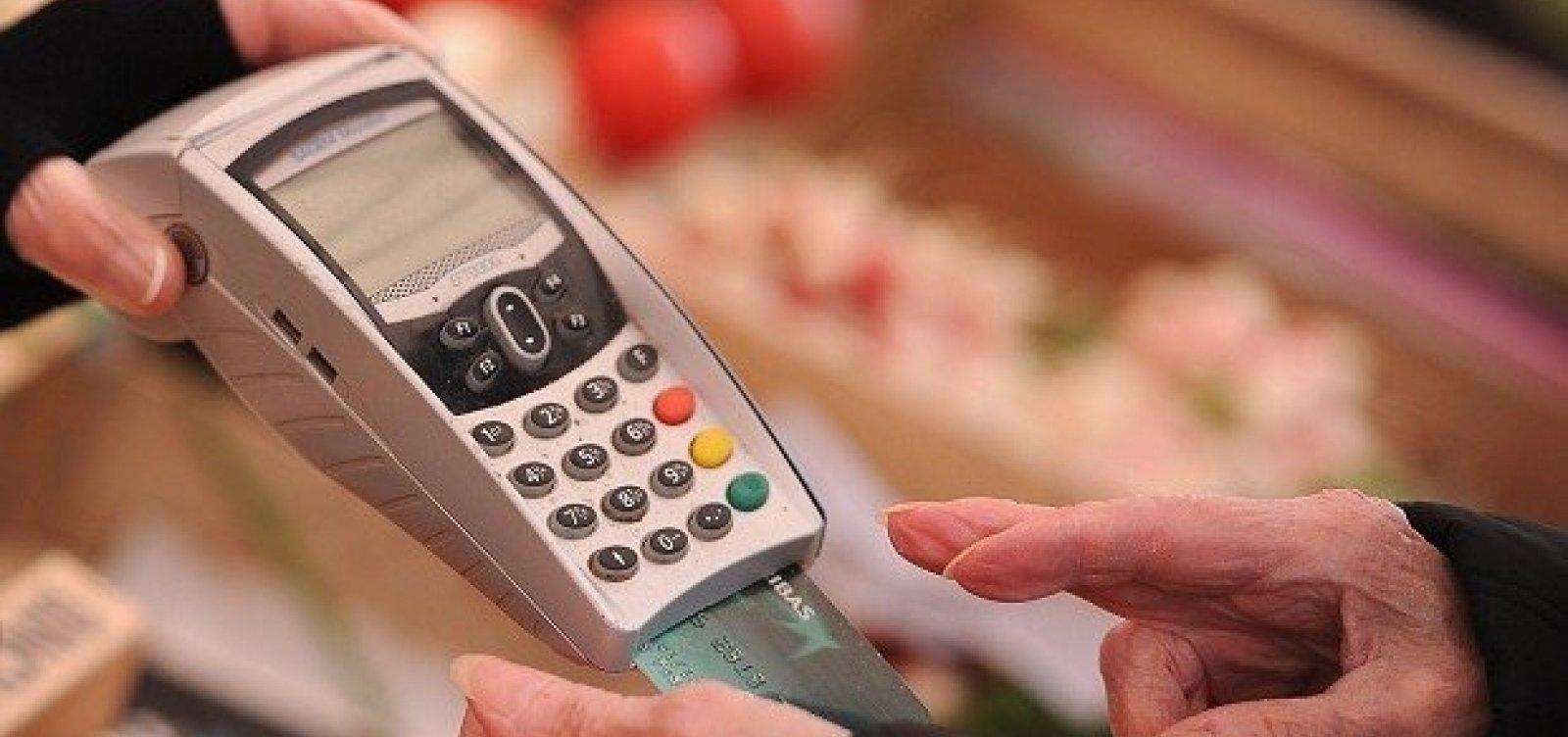 Juros do cartão de crédito chegam a 317% em outubro