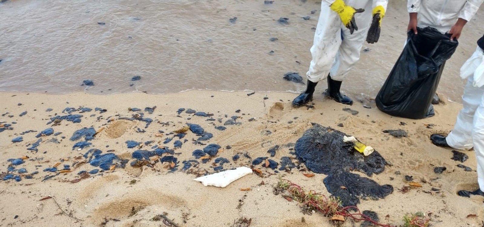 Fragmentos de óleo voltam a surgir em praia de Santa Cruz Cabrália