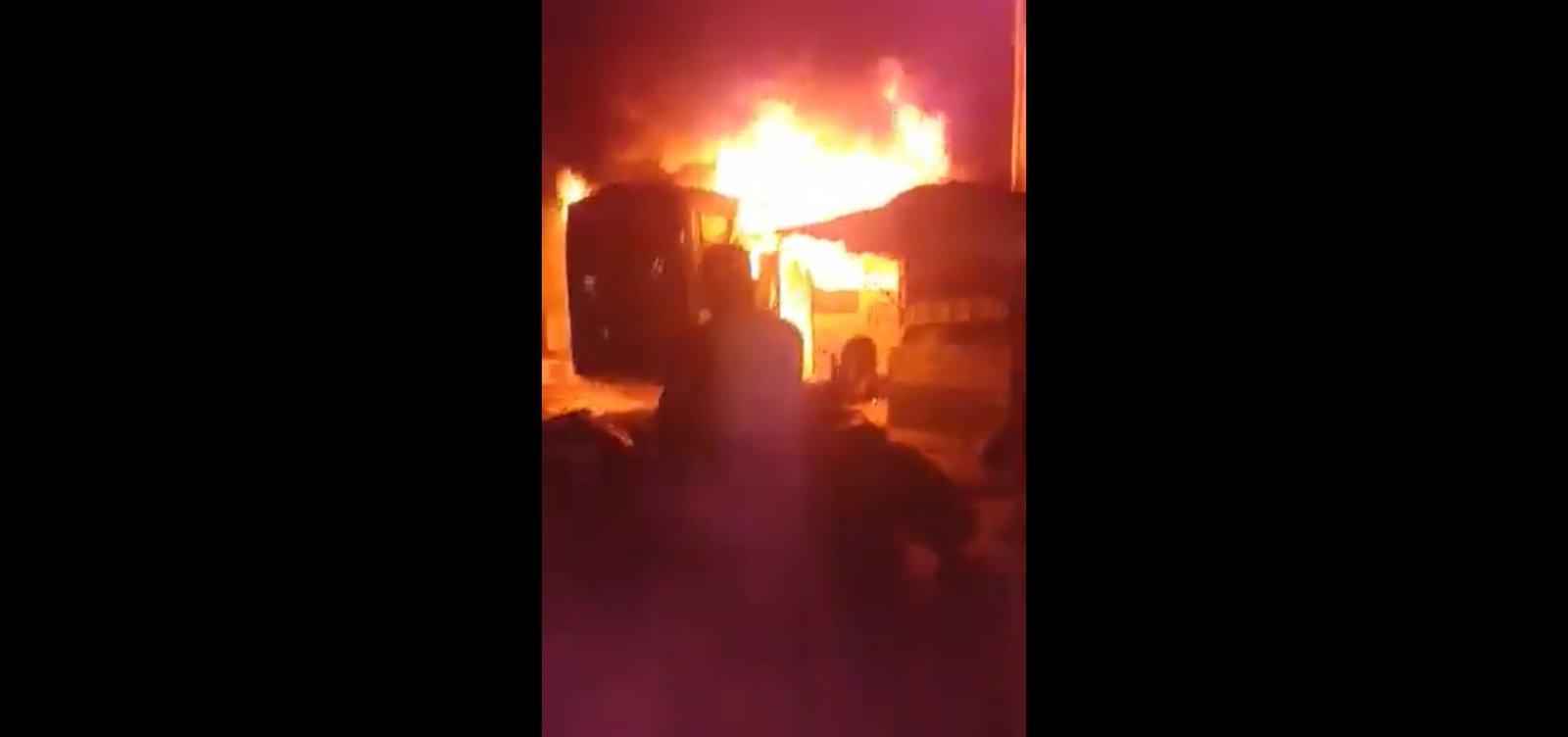 Ônibus é incendiado e veículos param de circular no final de linha de Sussuarana