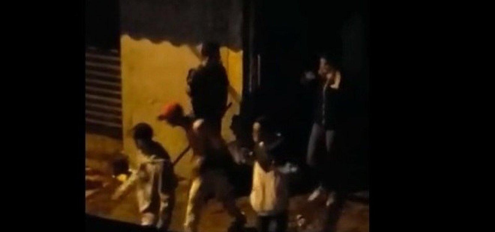 Policial que agride jovens com barra em Paraisópolis foi afastado, diz PM