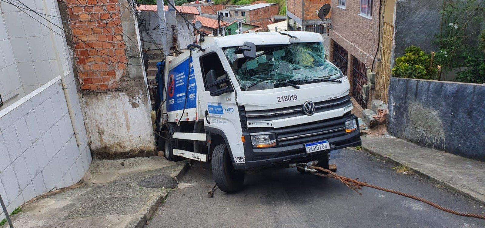 Caminhão de lixo tomba e atinge casa no Cabula