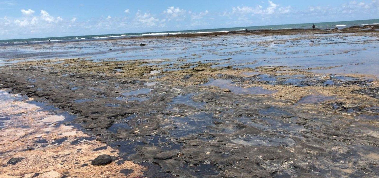 Óleo coletado por voluntários em Itacimirim volta ao mar após descaso de órgãos responsáveis