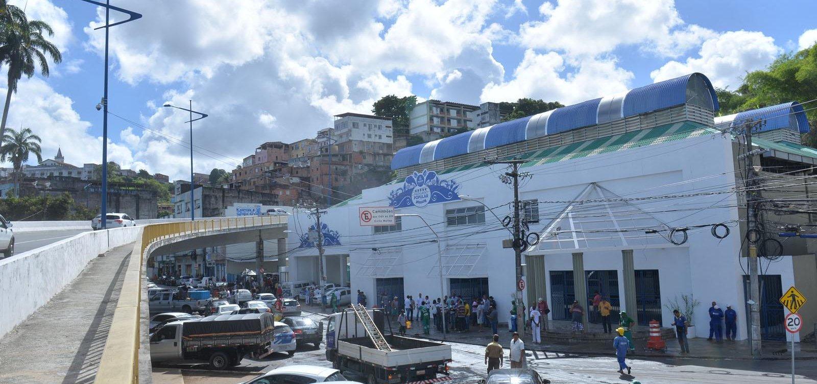 Após aglomeração, Semop tenta tirar ambulantes da frente do Mercado do Peixe, em Salvador