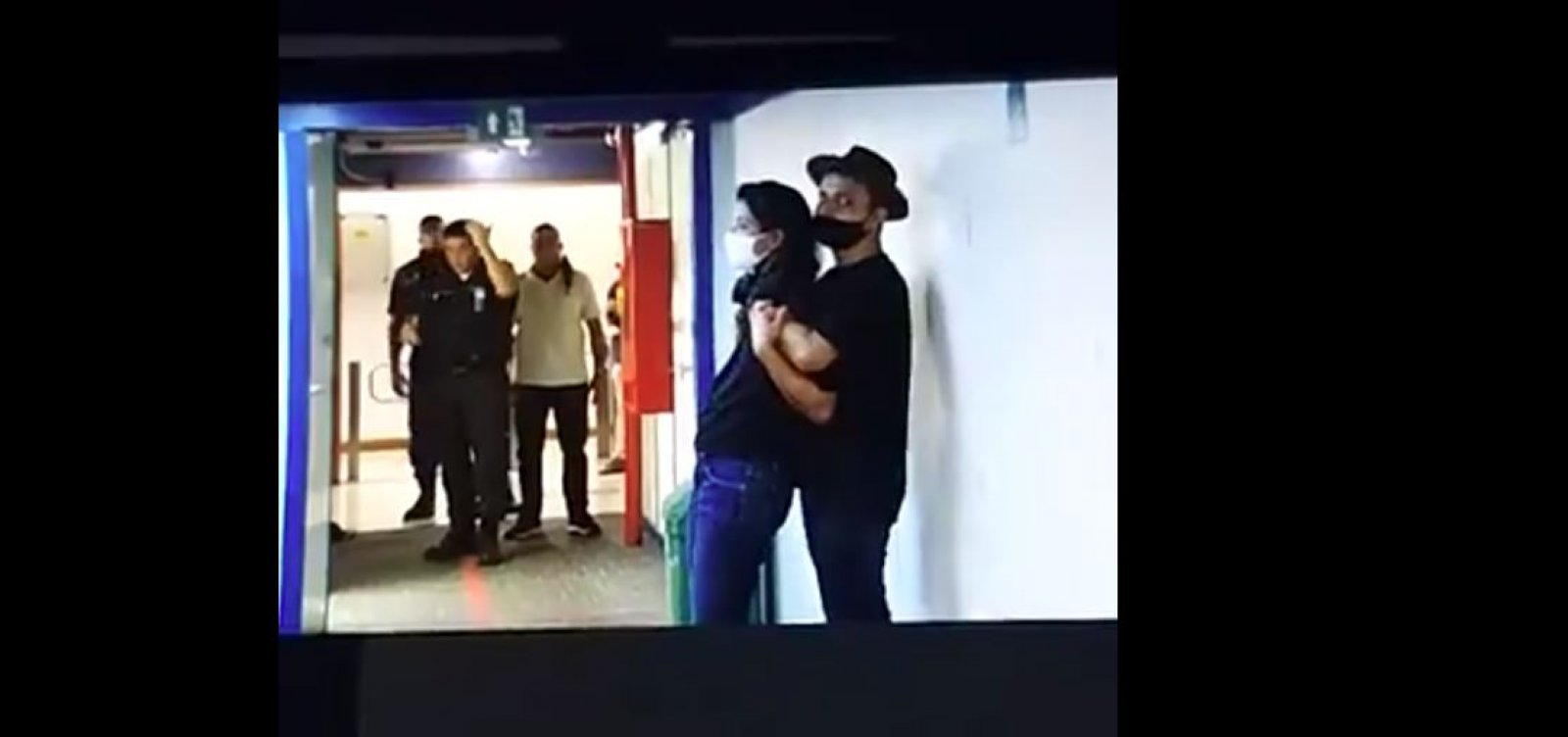 Homem invade TV Globo e faz repórter refém; veja vídeo