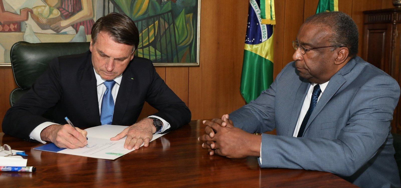 Bolsonaro quer que Decotelli peça demissão, diz jornal