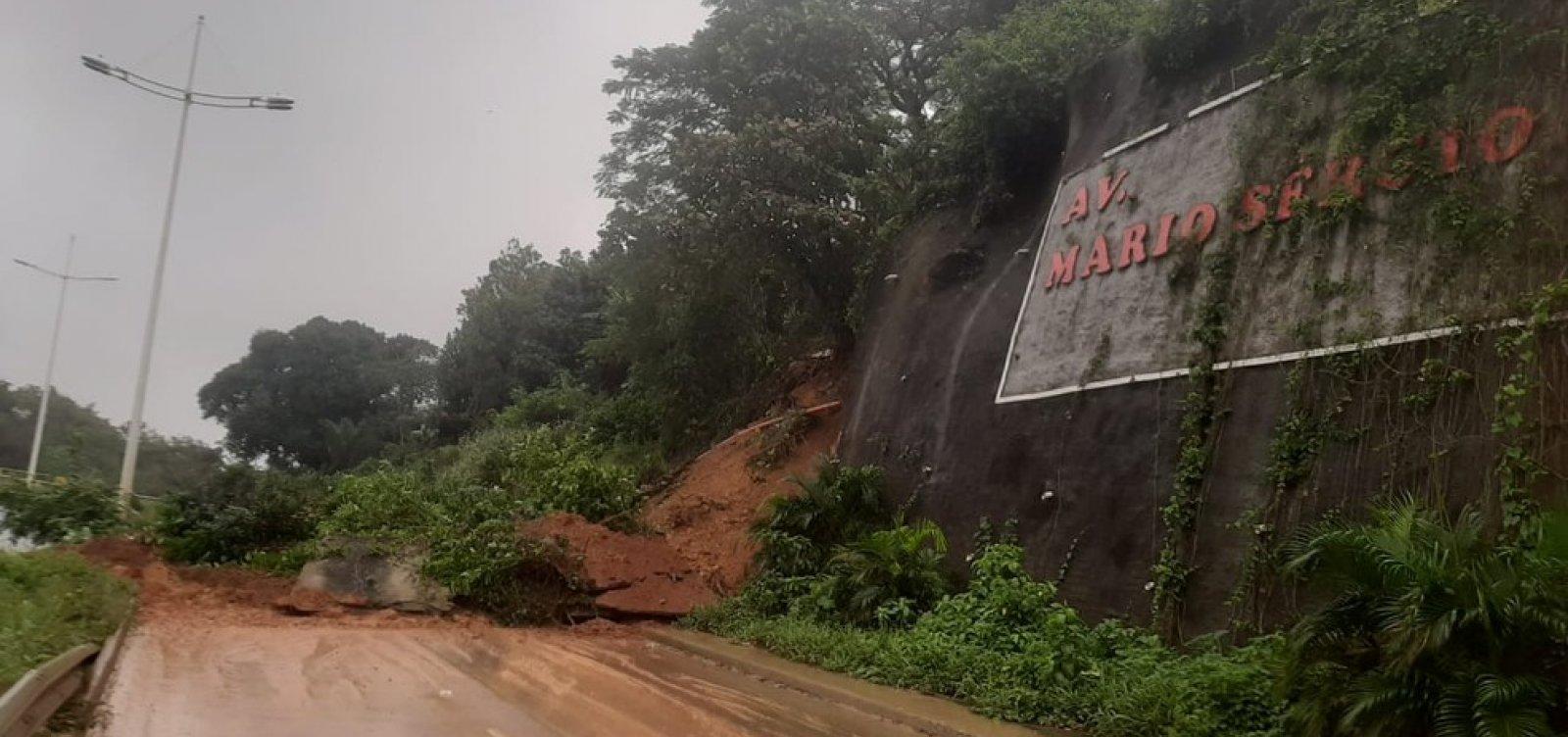 Após chuvas, deslizamento de terra interdita via que liga Av. Paralela ao Barradão