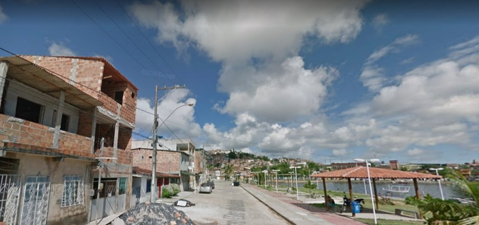 Ônibus de socorro invade imóvel na Av. Suburbana; ninguém ficou ferido