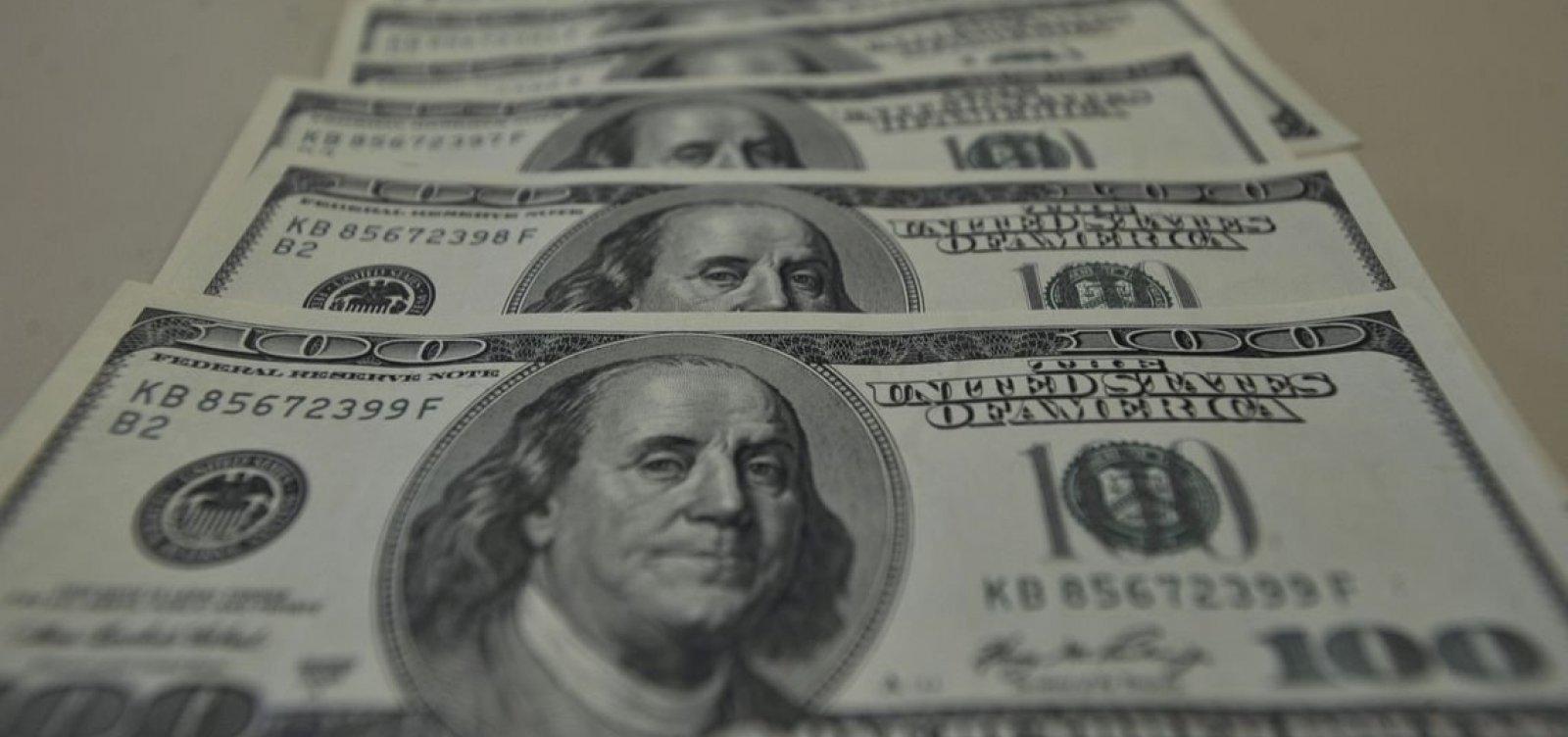 Dólar fecha em alta de 0,7% nesta quarta-feira