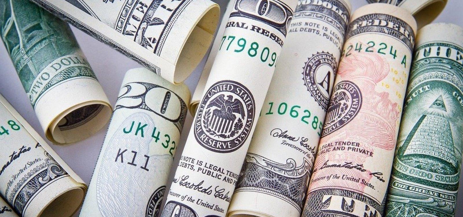 Após contração recorde do PIB dos EUA, dólar fecha em queda