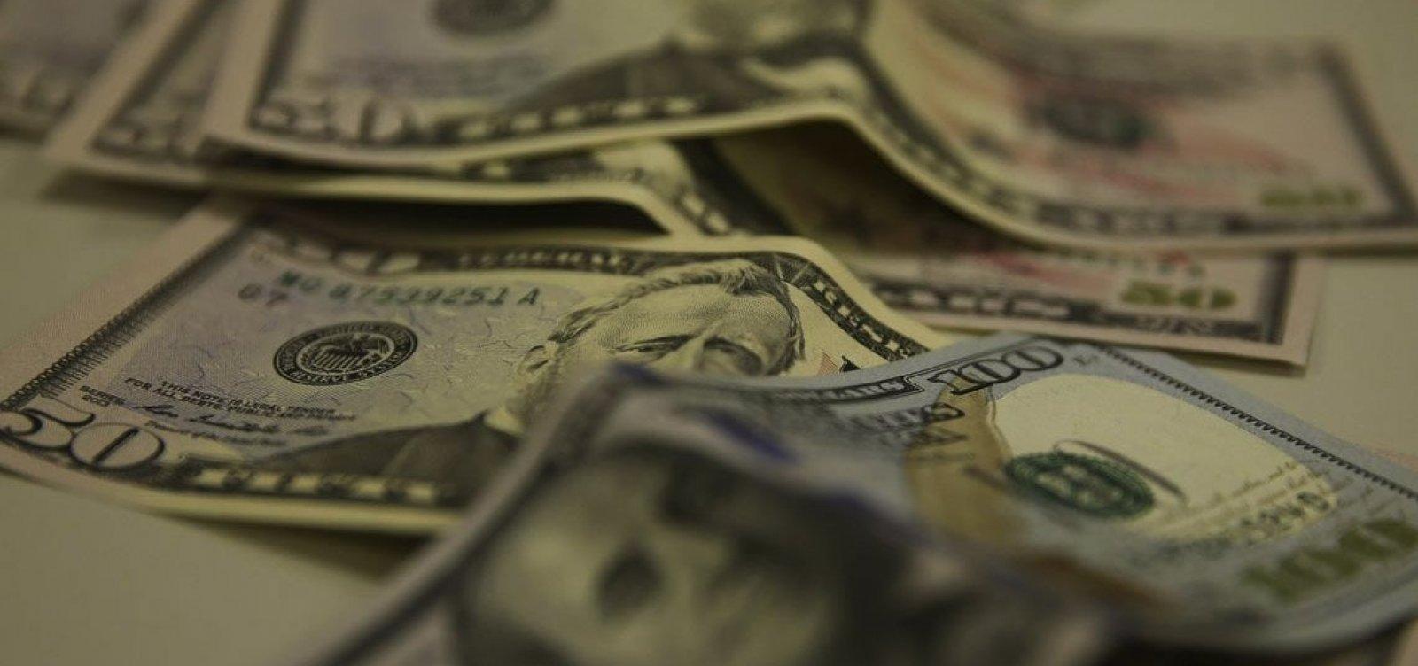 Dólar fecha no menor valor em dois meses, negociado a R$ 5,33